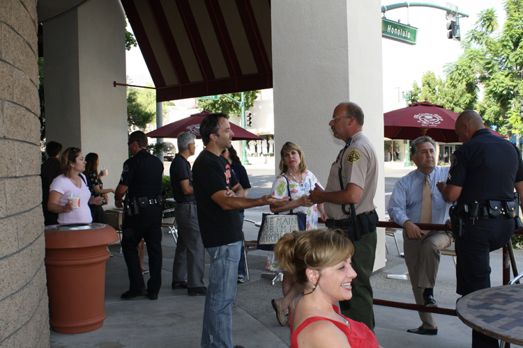 "Casual conversaton »Local residents met with law enforcement from Glendale Police Department and Crescenta Valley Sheriff's Station at Coffee Bean and Tea Leaf for ""Coffee with the COPPS"" on Tuesday afternoon."