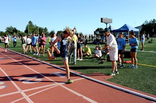 Photos by Leonard COUTIN  Kyle Dickerson makes his PR mark in a sub two-minute 800 against Canyon running 1:59.26.