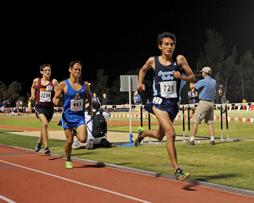 Photos by Leonard COUTIN Falcon Philip Thomas (right) crossed the finish line in the 3200m with a PR mark of 9:20.46 to finish 12th.