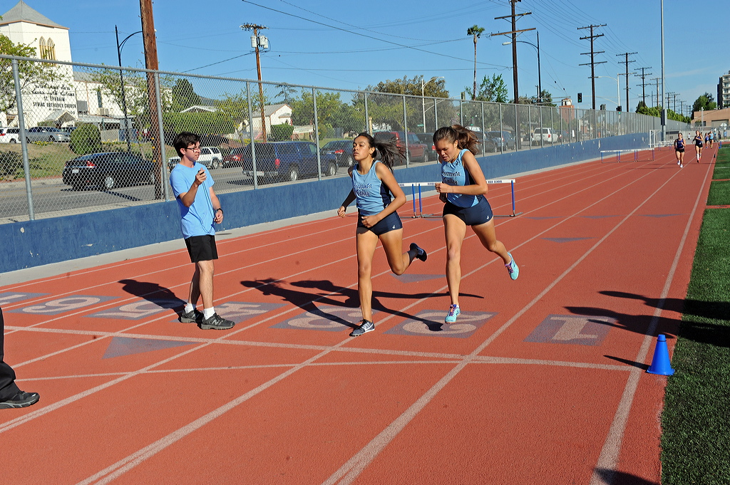 Photos by Leonard COUTIN Nalia Ortiz wins the first 800m (2:29.5) with assistance by teammate Grace McAuley who paced her through the race.