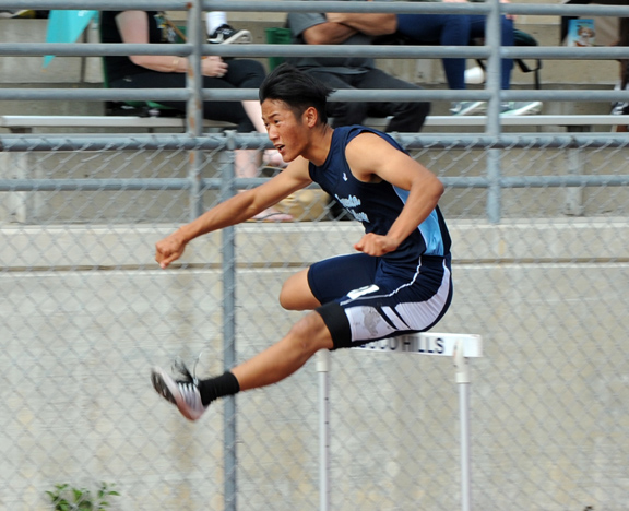 Kenny Kang running the first hurdle of the 300IH. Photos by Leonard COUTIN
